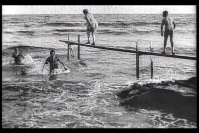 ... dei bagnanti che si buttavano a mare dal trampolino di uno stabilimento