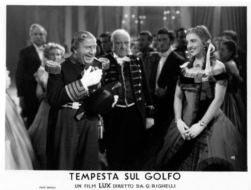 Armando Falconi (Ferdinando II) e Maria Jacobini (duchessa Giulia Filangieri di Satriano) in Tempesta sul Golfo (1943), regia di Gennaro Righelli