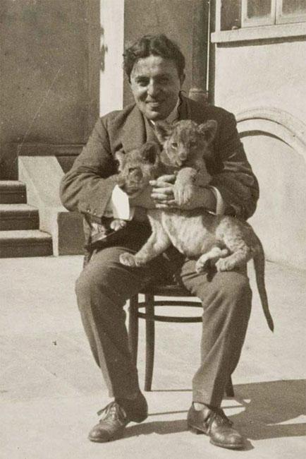Arrigo Frusta gioca con due cuccioli di leone del serraglio del domatore Schneider (foto Silvio Alovisio)