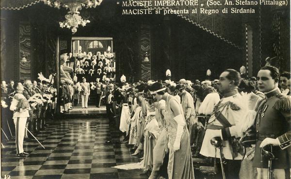 Maciste si presenta al Regno di Sirdania.